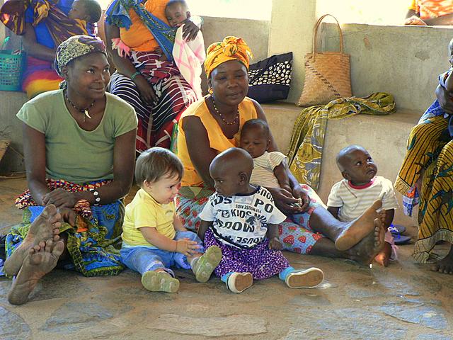 Benedetta nos cautivó a todos - Benedetta con los nenes del Proyecto Isabelinha