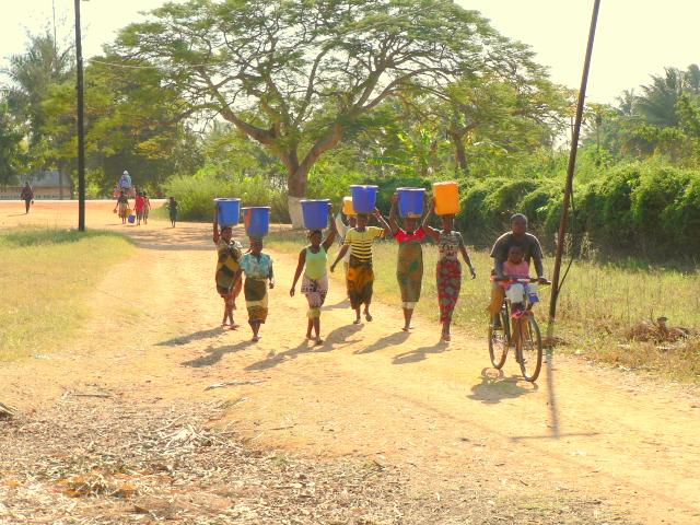 Un grupo de mamás se juntan para ir a por agua a los pozos