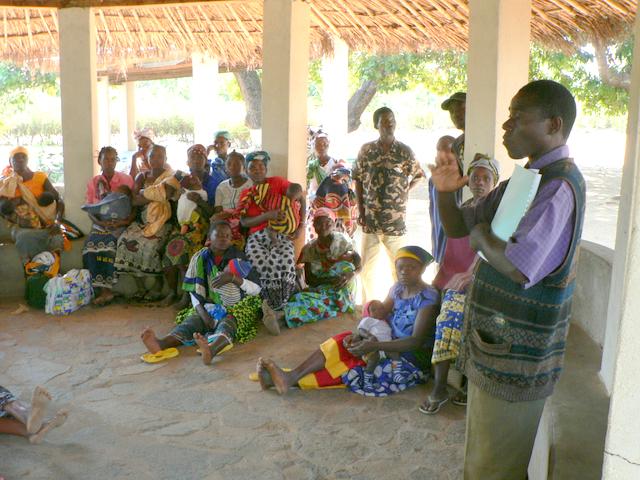 El Sr. Cásimo dando la formación contra el SIDA a las mamás y papás del Proyecto Isabelinha